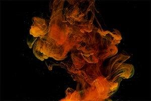 Oranger Rauch vor schwarzem Hintergrund