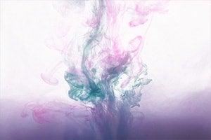 Farbiger Tintenklecks unter Wasser